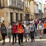 Gente caminando por calle