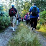 Gente caminando por un monte